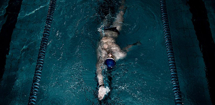 opositor haciendo prueba fisica de natacion