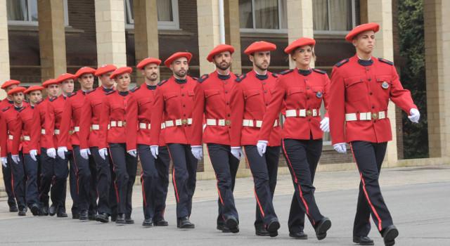 fila de policías de la ertzainza