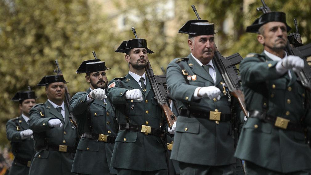 fila de guardias civiles