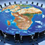mesa con el mundo de fondo