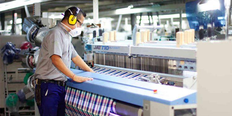 Operario de fábrica en el sector textil