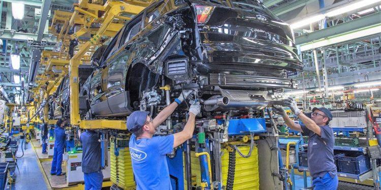 Operario de fábrica en el sector automotriz
