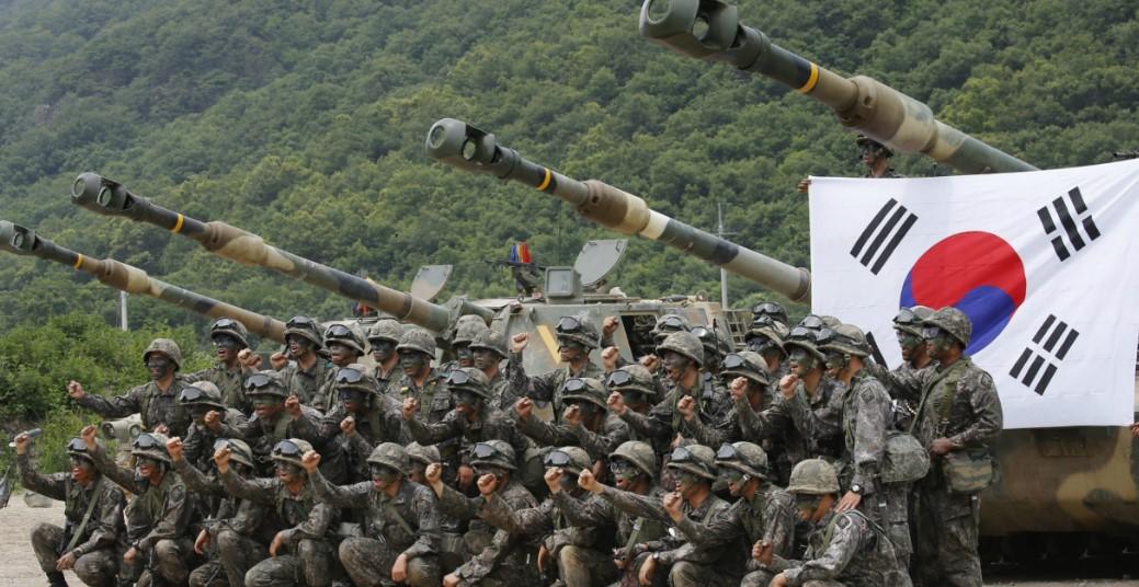 soldados coreanos frente a un tanque